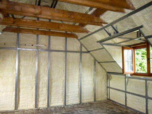 zateplení stěn a podkroví izolací Icynene